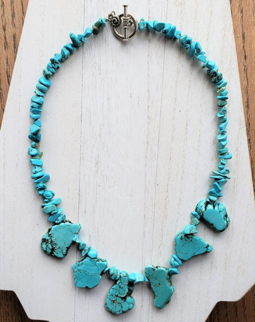 N118_turquoise_dyed_howlite_flat_stones_chips